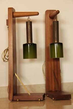 Piétement créé pour deux anciens globes en pâte de verre. Peut être posé au sol ou accroché en applique sur un mur.